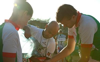Africa Classic deelnemers schenken water in