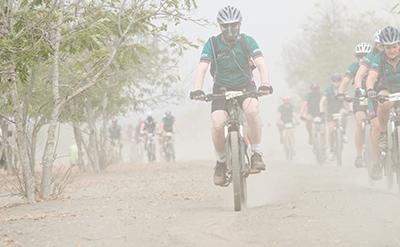 Africa Classic deelnemers mountainbiken door Afrikaans stof