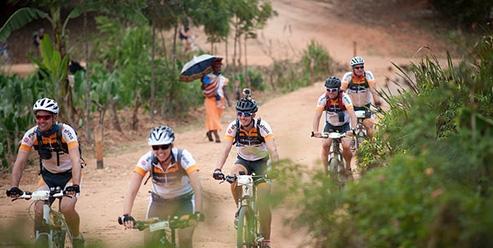 Medewerkers fietsen samen Africa Classic