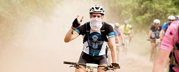 Mountainbikers trotseren Afrikaanse stofweg