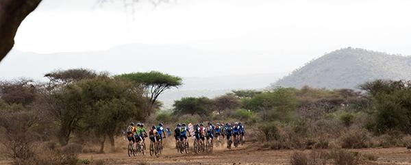 Mountainbikers Africa Classic fietsen door zandgebied
