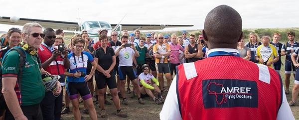 Africa Classic deelnemers luisteren naar Amref Flying Doctors